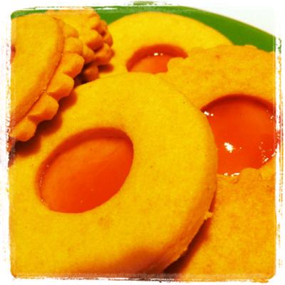 Doppelte Mürbteigkekse mit feiner Rumnote gefüllt mit Marillenmarmelade