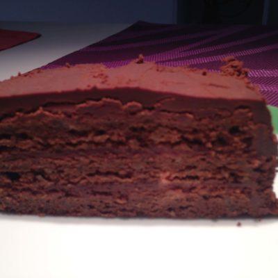 Kuchen mit Parisercreme und Marmeladenfifuellung
